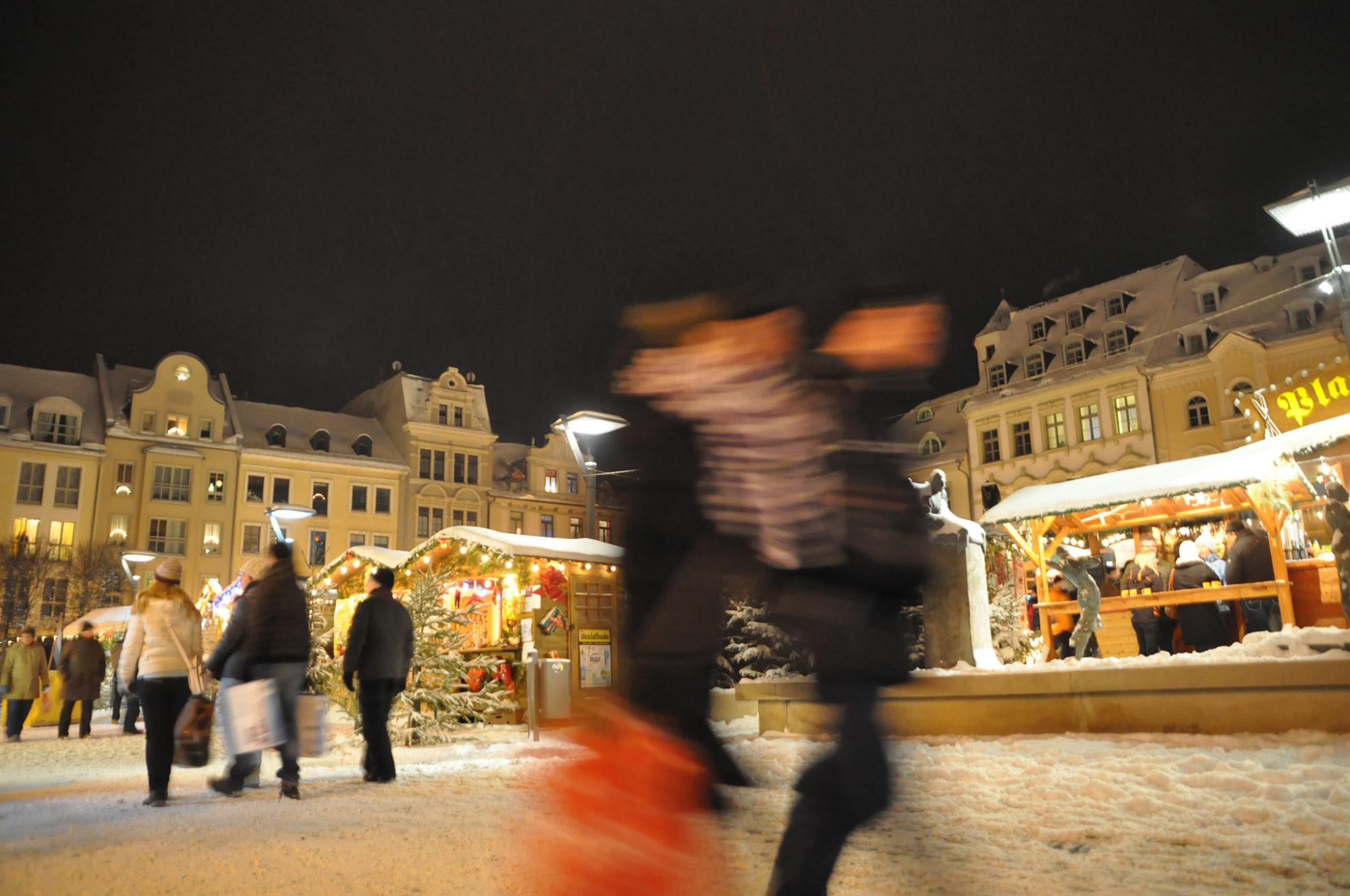 Mit Liebe geschmückte Verkaufsbuden zaubern weihnachtliches Flair in die Spitzenstadt.