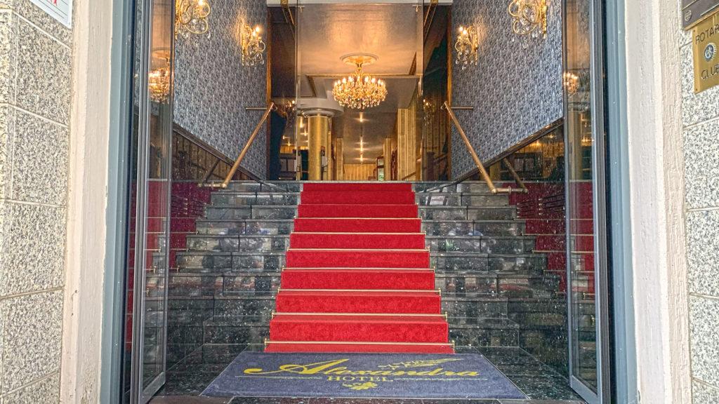 Der Eingangsbereich des Hotel Alexandra an der Bahnhofstraße in der Spitzenstadt Plauen.